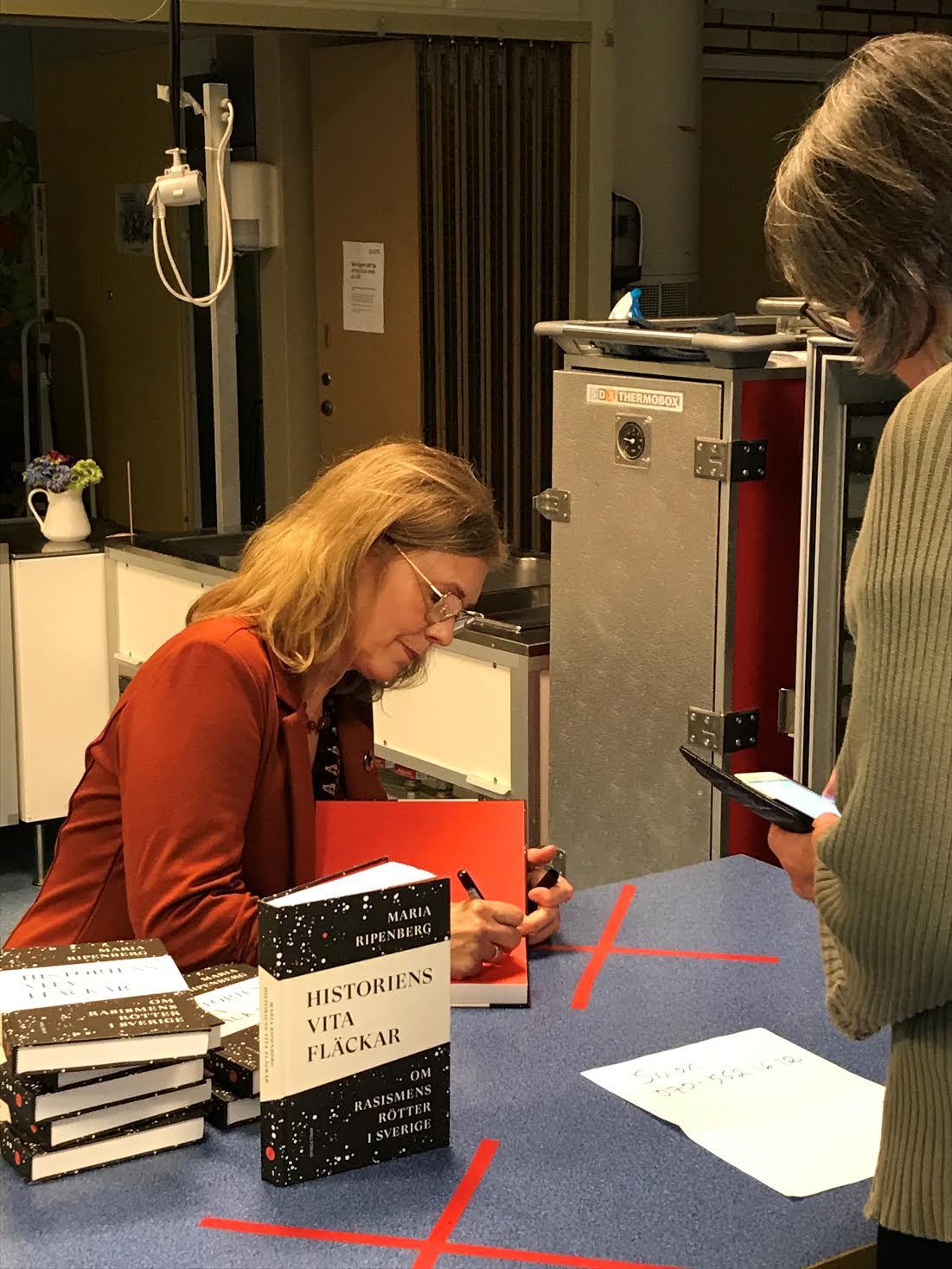 Bokprat och -signering i Bälinge